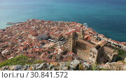 Panoramic bird's-eye view of the central part of the Sicilian town of Cefalu. Cefalu is one of the major tourist attractions in the Sicily region, Italy (2019 год). Стоковое видео, видеограф Алексей Кузнецов / Фотобанк Лори