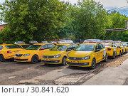Купить «Автомобили «Яндекс.Такси» — сервиса онлайн-заказа такси через мобильное приложение, веб-сайт или по телефону», фото № 30841620, снято 23 мая 2019 г. (c) Владимир Сергеев / Фотобанк Лори