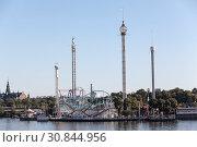 Парк развлечений Грона Лунд (Grona Lund) с американскими горками и захватывающими аттракционами. Расположен на острове Djurgarden, Стокгольм, Швеция. (2018 год). Редакционное фото, фотограф Кекяляйнен Андрей / Фотобанк Лори