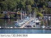 Купить «Причал для яхт в районе Oakhill, Стокгольм, Швеция», фото № 30844964, снято 10 июля 2018 г. (c) Кекяляйнен Андрей / Фотобанк Лори