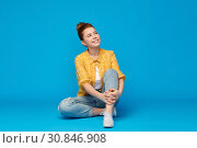 Купить «red haired teenage girl in shirt and torn jeans», фото № 30846908, снято 28 февраля 2019 г. (c) Syda Productions / Фотобанк Лори