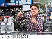 Portrait of employee which is selling and manufacturing keys. Стоковое фото, фотограф Яков Филимонов / Фотобанк Лори
