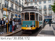 Lisbon, Portugal, tram in the historic district of Bairro Alto  (2018 год). Редакционное фото, агентство Caro Photoagency / Фотобанк Лори