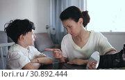Strict woman having serious conversation with her preteen son at home. Стоковое видео, видеограф Яков Филимонов / Фотобанк Лори