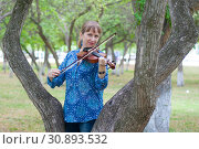 Купить «The young Russian woman with a violin costs at a tree in the park in the summer», фото № 30893532, снято 1 июня 2019 г. (c) Землянникова Вероника / Фотобанк Лори
