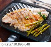 Купить «Delicious grilled bass with asparagus», фото № 30895048, снято 20 июля 2019 г. (c) Яков Филимонов / Фотобанк Лори