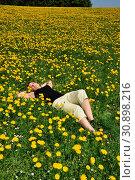 Wiese , Löwenzahn, jung, frau, ruhe, ruhend, relaxen, chillen,liegend, portrait, draußen, hübsch, jugendlich, natur, natürlich, entspannt, entspannung... Стоковое фото, фотограф Zoonar.com/Volker Rauch / easy Fotostock / Фотобанк Лори