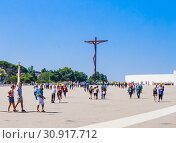 The tourist groups and pilgrims on territory of Sanctuary of Our Lady of Fatima. Portugal (2018 год). Редакционное фото, фотограф Николай Коржов / Фотобанк Лори