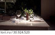 Купить «Beautifully served empty table in twilight», видеоролик № 30924520, снято 20 марта 2019 г. (c) Ekaterina Demidova / Фотобанк Лори