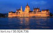 Купить «Красивый ночной вид на здание Венгерского Парламента и реку Дунай в Будапеште», видеоролик № 30924736, снято 3 июня 2019 г. (c) Яна Королёва / Фотобанк Лори