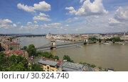 Купить «Прекрасный вид на город Будапешт в Венгрии солнечным летним днем», видеоролик № 30924740, снято 3 июня 2019 г. (c) Яна Королёва / Фотобанк Лори
