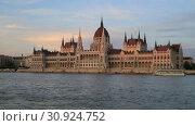 Купить «Красивый вечерний вид на здание Венгерского Парламента и реку Дунай в Будапеште», видеоролик № 30924752, снято 3 июня 2019 г. (c) Яна Королёва / Фотобанк Лори