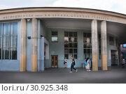 Купить «У метро Университет. Москва», фото № 30925348, снято 8 июня 2019 г. (c) Victoria Demidova / Фотобанк Лори