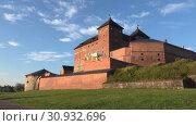 Купить «Квадрокоптер в полете на фоне старинной крепости города Хямеэнлинна. Финляндия», видеоролик № 30932696, снято 24 июля 2018 г. (c) Виктор Карасев / Фотобанк Лори
