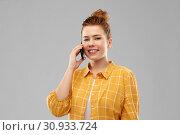 Купить «smiling redhead teenage girl calling on smartphone», фото № 30933724, снято 28 февраля 2019 г. (c) Syda Productions / Фотобанк Лори