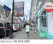 Купить «Владивосток, женщина в белом пальто идет по Светланской улице», фото № 30934040, снято 22 мая 2019 г. (c) Овчинникова Ирина / Фотобанк Лори