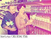 Купить «Happy couple with a bottle of water», фото № 30934156, снято 20 июня 2019 г. (c) Яков Филимонов / Фотобанк Лори