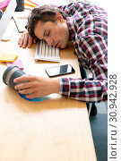 Купить «Male graphic designer sleeping on desk in a modern office», фото № 30942928, снято 16 марта 2019 г. (c) Wavebreak Media / Фотобанк Лори