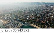 Aerial view of seaside area of Barcelona with harbor on sunny day, Catalonia, Spain (2018 год). Стоковое видео, видеограф Яков Филимонов / Фотобанк Лори
