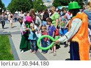Купить «Дети играют с аниматором в сквере на Цветном бульваре в Международный День защиты детей. Город Москва. Россия», эксклюзивное фото № 30944180, снято 1 июня 2015 г. (c) lana1501 / Фотобанк Лори