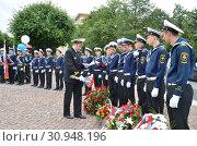 Купить «Шеренга моряков в парадной форме, Санкт-Петербург», фото № 30948196, снято 4 июля 2014 г. (c) Светлана Колобова / Фотобанк Лори
