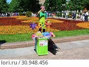 Купить «Уличная торговля детскими игрушками и сувенирами в сквере на Цветном бульваре в Международный День защиты детей. Город Москва. Россия», эксклюзивное фото № 30948456, снято 1 июня 2015 г. (c) lana1501 / Фотобанк Лори