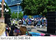 Купить «Выступление детского танцевального коллектива в сквере на Цветном бульваре в Международный День защиты детей. Город Москва», эксклюзивное фото № 30948464, снято 1 июня 2015 г. (c) lana1501 / Фотобанк Лори