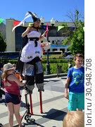 Купить «Выступление цирковых артистов в сквере на Цветном бульваре в Международный День защиты детей. Москва», эксклюзивное фото № 30948708, снято 1 июня 2015 г. (c) lana1501 / Фотобанк Лори