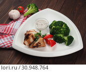 Купить «Fried pork belly with broccoli vegetable garnish», фото № 30948764, снято 11 апреля 2019 г. (c) Алексей Кокорин / Фотобанк Лори