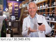Купить «Owner of winery inviting to tasting wine», фото № 30949476, снято 8 мая 2019 г. (c) Яков Филимонов / Фотобанк Лори