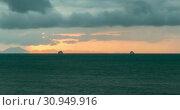 Купить «Time-lapse of light rays over the sea or ocean at sunset. Hot summer weather at tropical. Panoramic movement.», видеоролик № 30949916, снято 15 апреля 2019 г. (c) Александр Маркин / Фотобанк Лори