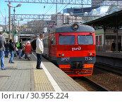 Купить «Пригородный электропоезд на пассажирской платформе Белорусского вокзала. Город Москва», эксклюзивное фото № 30955224, снято 13 апреля 2015 г. (c) lana1501 / Фотобанк Лори