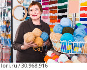 Female is choosing yarn for knitting at special price. Стоковое фото, фотограф Яков Филимонов / Фотобанк Лори