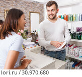 Girl talking with man consultant about services at beauty salon. Стоковое фото, фотограф Яков Филимонов / Фотобанк Лори
