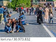 Купить «Москва, Россия. Счастливые люди на Красной площади фотографируются гуляют и отдыхают.», фото № 30973832, снято 10 мая 2018 г. (c) Устенко Владимир Александрович / Фотобанк Лори