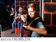 Teen boy playing laser tag. Стоковое фото, фотограф Яков Филимонов / Фотобанк Лори