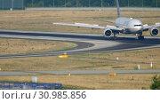 Купить «United Airlines boeing 777 taxiing», видеоролик № 30985856, снято 19 июля 2017 г. (c) Игорь Жоров / Фотобанк Лори