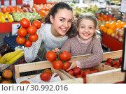 Woman and little girl buying tomatoes. Стоковое фото, фотограф Яков Филимонов / Фотобанк Лори