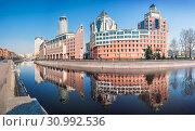 "Москва. Бизнес-центр ""Риверсайд Тауэрс"". Riverside Towers Business Center (2019 год). Стоковое фото, фотограф Baturina Yuliya / Фотобанк Лори"