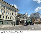 Купить «Москва, улица большая лубянка летом», фото № 30999052, снято 20 июня 2019 г. (c) Овчинникова Ирина / Фотобанк Лори