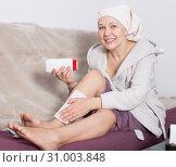 Купить «Woman doing body hair removal», фото № 31003848, снято 21 марта 2017 г. (c) Яков Филимонов / Фотобанк Лори