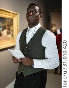 Купить «Afro man visiting exposition», фото № 31010420, снято 19 января 2019 г. (c) Яков Филимонов / Фотобанк Лори