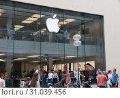 Люди перед магазином компании Apple. Мюнхен. Германия (2019 год). Редакционное фото, фотограф E. O. / Фотобанк Лори