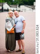 Купить «Радостные, среднего возраста мужчина и женщина стоят в обнимку на прогулке», эксклюзивное фото № 31083824, снято 5 июня 2019 г. (c) Игорь Низов / Фотобанк Лори