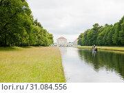 Вид на дворец Нимфенбург (Schloss Nymphenburg) со стороны канала. Мюнхен. Бавария. Германия (2019 год). Редакционное фото, фотограф E. O. / Фотобанк Лори