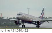 Купить «Aeroflot Airbus 320 accelerate», видеоролик № 31090432, снято 24 июля 2017 г. (c) Игорь Жоров / Фотобанк Лори