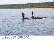 Купить «Рыбаки на реке Воукса», фото № 31090640, снято 6 июня 2019 г. (c) Parmenov Pavel / Фотобанк Лори