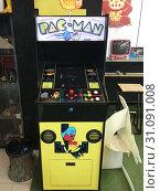Купить «Vintage Pac Man arcade for sale in Bangkok», фото № 31091008, снято 12 декабря 2017 г. (c) Александр Подшивалов / Фотобанк Лори
