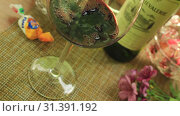 Наливаем красное вино в бокал (2019 год). Редакционное видео, видеограф Виктор Топорков / Фотобанк Лори