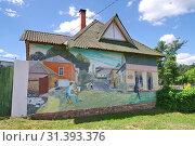 Купить «Боровск, Калужская область. Граффити на стене жилого дома», эксклюзивное фото № 31393376, снято 19 июня 2019 г. (c) Илюхина Наталья / Фотобанк Лори
